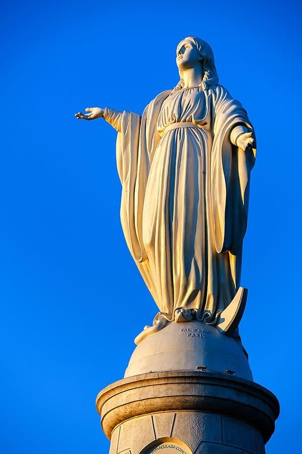 Статуя Девы Марии на холме Сан Кристобаль.