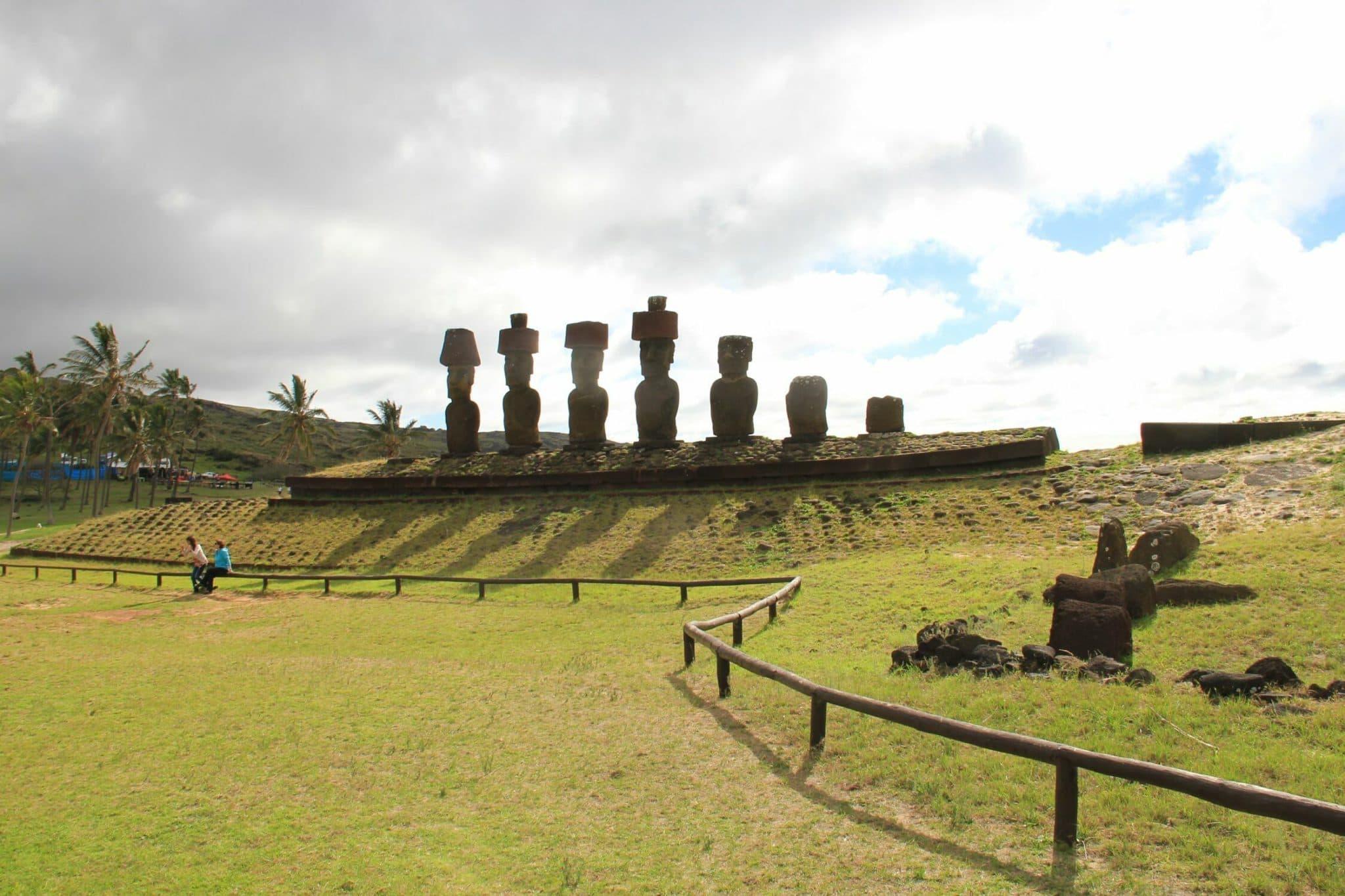Группа моаи на страже