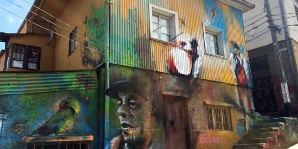 Картины граффити на стенах простых домов Вальпараисо